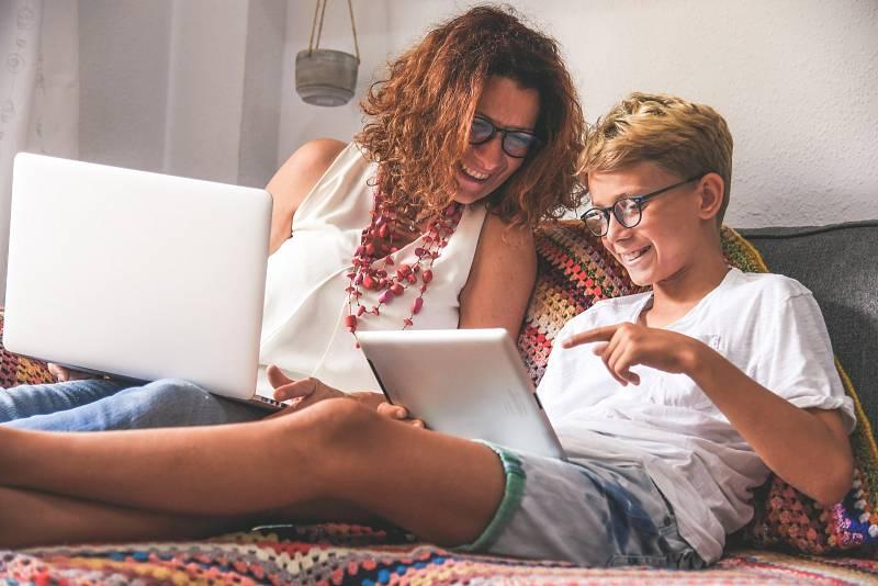Mnoho lidí musí v nouzovém stravu pracovat doma a ještě ktomu pomáhat dětem sučením nové látky. Vtakovém případě je vhodné si vyhradit zvláštní čas na učení sdětmi a pak na práci.