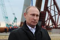 Prezident Vladimir Putin na dnešní výročí ruské anexe ukrajinského Krymu navštívil stavbu mostu, který má propojit poloostrov s pevninským Ruskem.