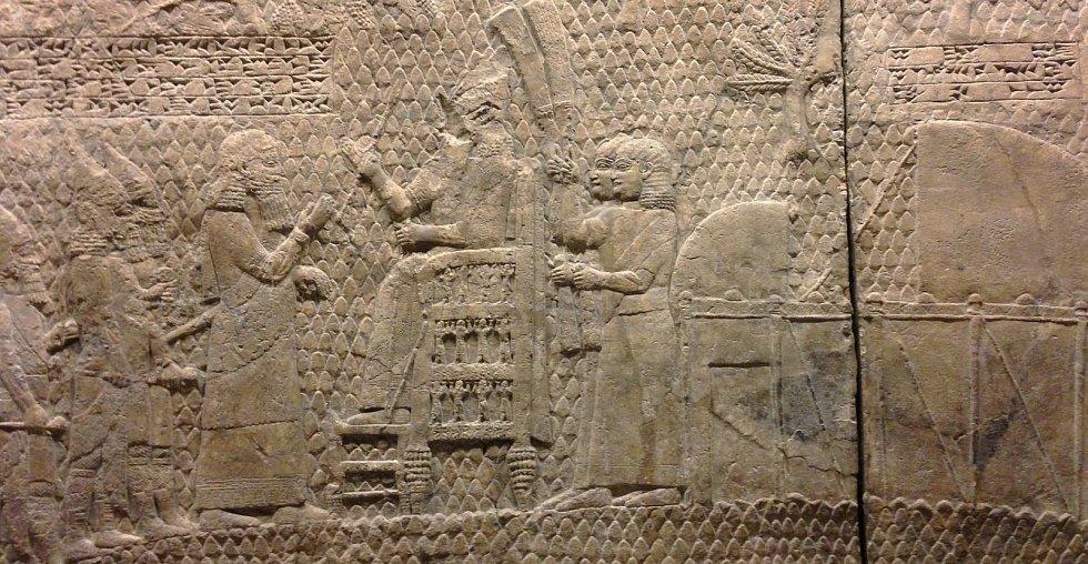 """Jediný nápis, který identifikuje místo vyobrazené na reliéfech, zní: """"Sinacherib, mocný král, panovník země asyrské, sedící na trůnu soudu před (nebo u vstupu) do města Lachiš"""""""