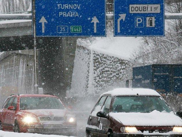 Husté sněžení komplikovalo v pátek 10. prosince 2010 udržbu silnic v celém Libereckém kraji.