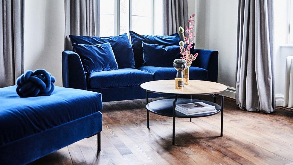 Klasická modrá barva si báječně rozumí se sametem, který je dnes také v kurzu. V kombinaci s ním vyniknou hlavně tmavší tóny modré. Svědčí jí ale také sousedství s pudrově růžovou či temně zelenou