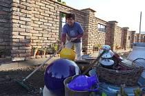 Už téměř čtyři měsíce od tornáda spí Zlata Maděřičová s manželem stále ve sklepě poničeného domu.