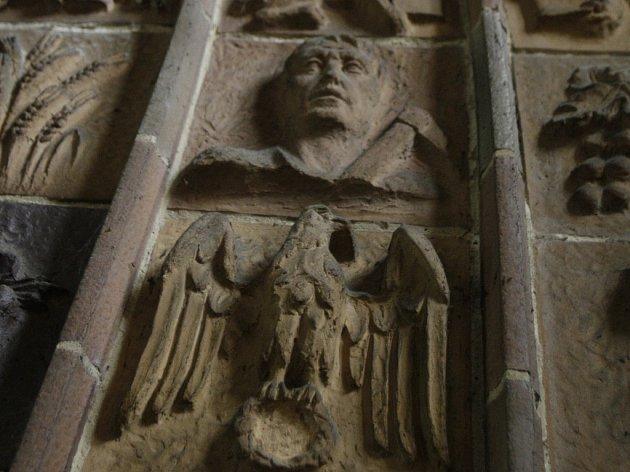 Bývalý protestantský kostel v Německu vyzdobený nacistickými symboly.