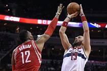 Snímek ze zápasu NBA mezi Houstonem a Washingtonem