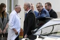 Prezident Miloš Zeman (druhý zprava) v doprovodu své dcery Kateřiny (vlevo) vystupuje 17. října 2019 z automobilu u interní kliniky pražské střešovické nemocnice, kam podle Hradu přijel na čtyřdenní rekondiční pobyt