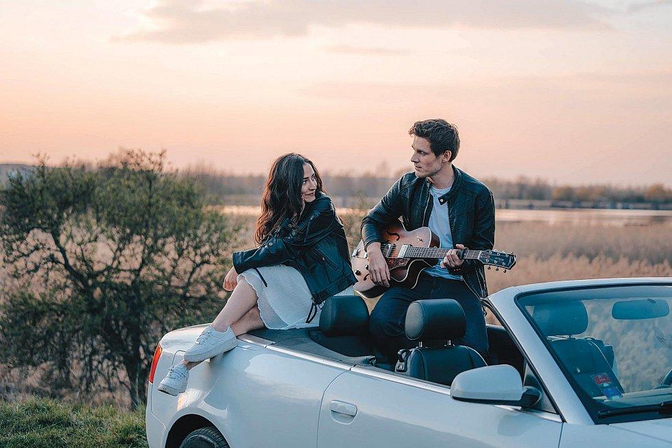 Nový song s názvem Jako by byl náš poslední nazpíval s Evou Burešovou.