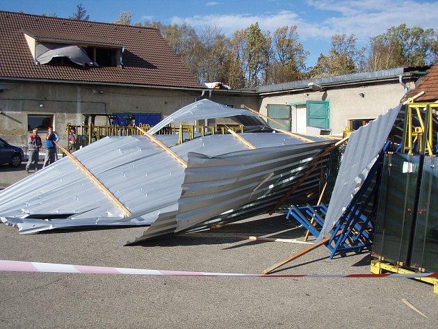 Vichřice, která ve čtvrtek po ránu dorazila do Moravskoslezského kraje, způsobila obrovské škody. Vítr v Bruzovicích strhnul střechu haly. V jejích troskách zemřel čtyřiačtyřicetiletý muž