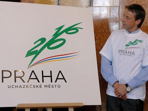 Pražský primátor Pavel Bém s oficiálním logem pražské olympiády.
