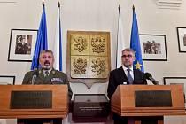 Ministr obrany Lubomír Metnar (vpravo) a náčelník Generálního štábu Armády ČR Aleš Opata.