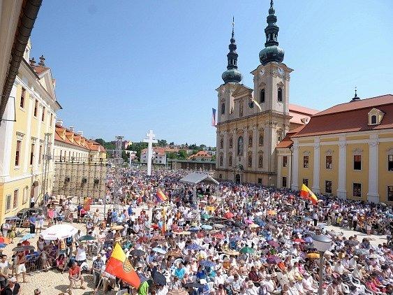 Národní poutí a slavnostní bohoslužbou vyvrcholily 5. července na Velehradě na Uherskohradišťsku letošní Dny lidí dobré vůle, které jsou největší akcí konanou v České republice u příležitosti svátku slovanských věrozvěstů Cyrila a Metoděje. Bohoslužbu cel