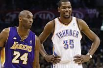 Kobe Bryant z Lakers v družném rozhovoru s Kevinem Durantem z Oklahomy.