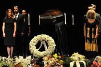 Herci Slovenského národního divadla drží čestnou stráž při posledním rozloučení s hercem Ladislavem Chudíkem 3. července v historické budově divadla v Bratislavě.