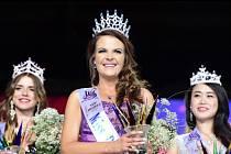 Ve světovém finále soutěže krásy pro neslyšící za rok 2016 zvítězila 16. července v Praze Janie Erasmusová z Jihoafrické republiky (uprostřed).