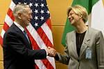 Americký ministr obrany Jim Mattis a italská ministryně obrany Roberta Pinottiová.