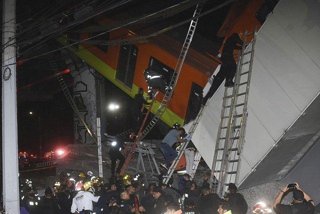 V Mexiku se zřítil nadjezd metra právě pod projíždějící soupravou