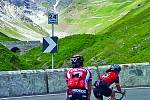 Horský průsmyk v severní Itálii na hranici se Švýcarskem překonávají cyklisté při závodu Giro d'Italia. Při cestě k vrcholu musí sportovci zdolat 2757 metrů, díky nimž je Passo delo Stevio nejvyšší ze všech etap závodů Grand Tours.