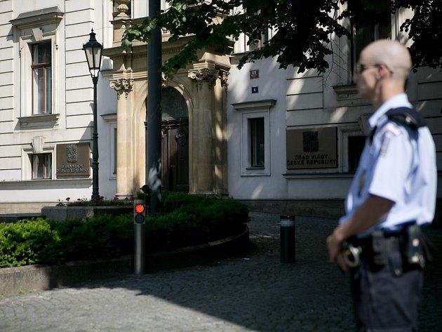 Policista před Úřadem vlády.