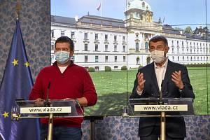 Zleva ministr vnitra a předseda Ústředního krizového štábu Jan Hamáček (ČSSD) a premiér Andrej Babiš (ANO).