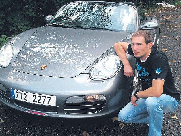 Předplatitele Moravskoslezského deníku Tomáše Rüdricha zaujal zážitek z naší nabídky: s přítelkyní absolvoval vozem Porsche cestu z Ostravy na Čeladnou a zpět. Už jen sedět v tomto autíčku přinášelo skvělý pocit. Jízda v něm byla adrenalinová záležitost.