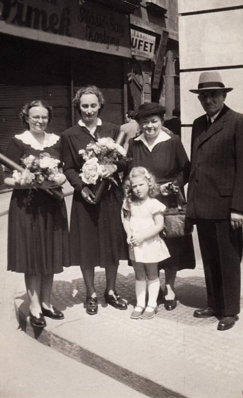 Promoce, rok 1950. První zleva přítelkyně Květa.