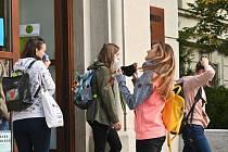 Studentky brněnské Mendelovy univerzity si nasazují roušky u vchodu do školy první den nového akademického roku 21. září 2020.