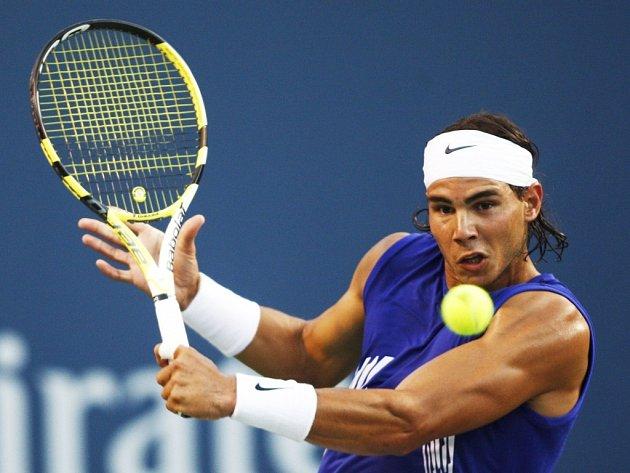 Rafael Nadal trefuje míček ve třetím kole turnaje v Torontu během vítězného zápasu nad Rusem Andrejevem.