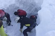 Pět lyžařů, kteří v sobotu v Tyrolsku zahynuli pod lavinou, byli čeští občané, dnes to ráno potvrdila mluvčí českého ministerstva zahraničí Irena Valentová.