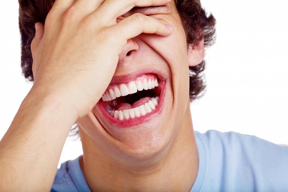 Uvádí se, že děti se smějí 400krát denně, zato dospělí v průměru jen 20krát, ti šťastnější 40-50krát.