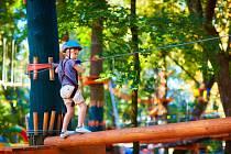 Dítě v lanovém parku. Ilustrační snímek
