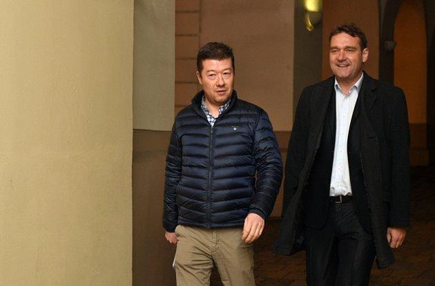 Představitelé SPD a zástupci hnutí ANO jednali 23. října v Praze o možné povolební spolupráci. Na snímku šéf SPD Tomio Okamura (vpravo) a místopředseda hnutí Radim Fiala přicházejí na schůzku do Poslanecké sněmovny.
