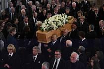 Na pohřeb vědce Stephena Hawkinga.