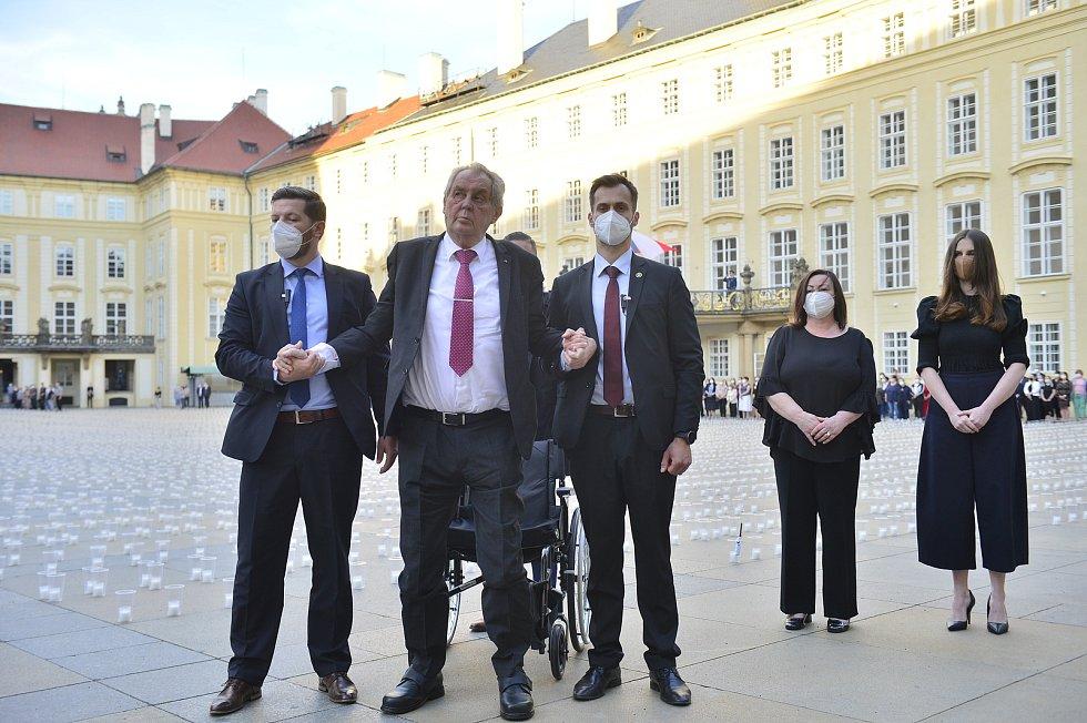 Zapálení svíček za oběti covidu na Pražském hradě