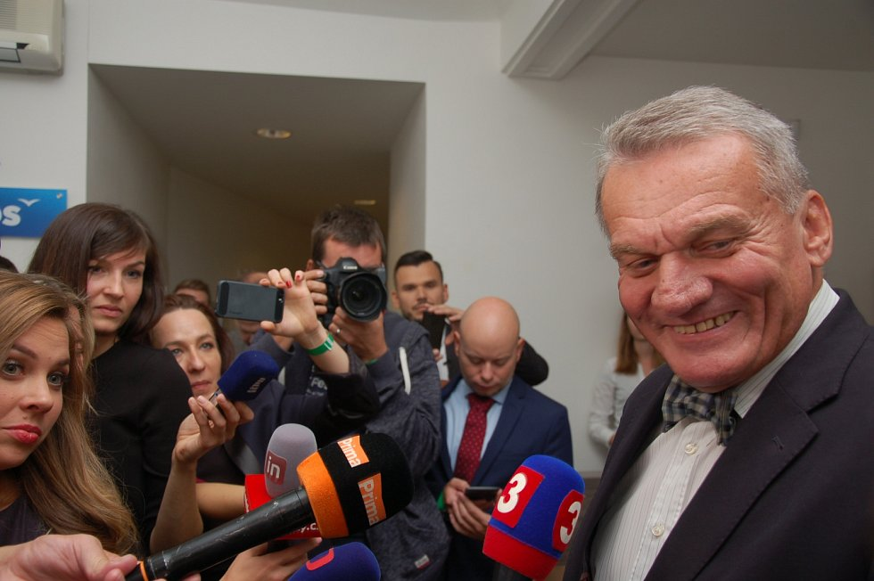 ODS má zatím důvod k radosti. Bohuslav Svoboda čeká netrpělivě na výsledky ve volebním štábu.