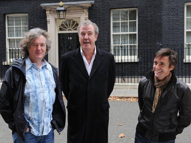 Jeremy Clarkson (uprostřed) a jeho kolegové z pořadu Top Gear.