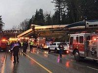 Vlak spadl z viaduktu na dálnici.
