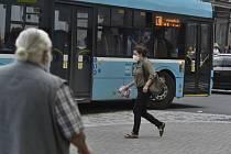 Žena s rouškou a autobus v Ostravě