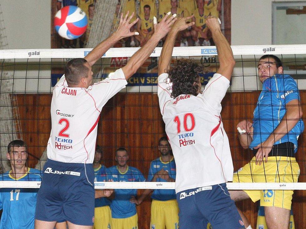 Volejbalisté Ústí (v modrém) proti Zlínu.