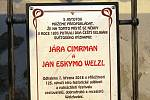 Odhalení pamětní desky setkání Jana Eskymo Welzla a Járy Cimrmana v roce 1893.