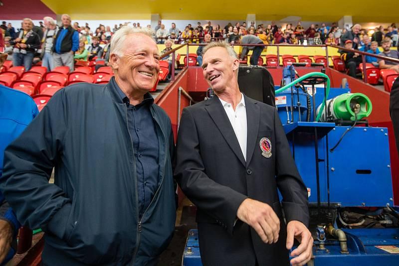 Dominik Hašek na tribuně v Jihlavě s Jiřím Holíkem