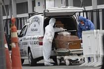 Převoz rakve s obětí koronaviru v brazilském Riu de Janeiro.