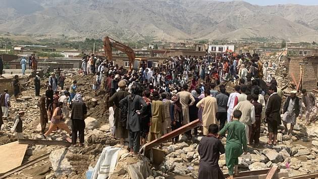 Práce záchranářů po bleskových záplavách v afghánské provincii Parván, 26. srpna 2020.
