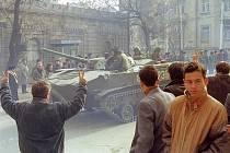 Sovětská bojová vozidla pěchoty v ulicích Baku v lednu 1990