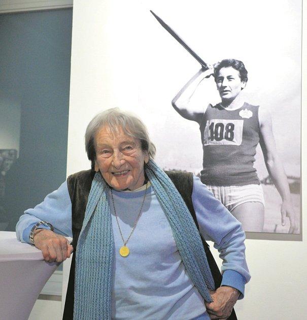 """SLADKÉ VZPOMÍNKY. Dana Zátopková olympiády uměla: vHelsinkách 1952vyhrála (její muž Emil ve stejný den ovládl běžecký závod na pět kilometrů) a vŘímě 1960byla stříbrná. """"Olympiáda je něco extra, magická přehlídka nejlepších,"""" říká zasněně."""