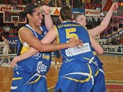 Basketbalistky USK Praha slaví vítězství nad Gambrinusem Brno. Po třinácti letech má liga nové královny.