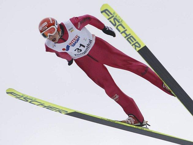 Závod sdruženářů, který musel být kvůli nepříznivým podmínkám rozložen do dvou dnů, vyhrál celkově po nedělní skokanské Němec Frenzel.