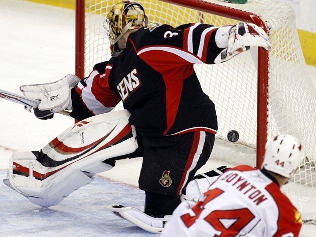 Gólman Ottawy Alex Auld dostává gól od floridského Nicka Boyntona. Ottawa doma s Floridou překvapivě prohrála.