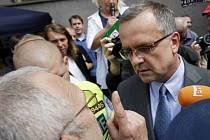 Blokáda ministerstva financí pořádaná platformou Stop vládě probíhala 7. června v Praze. Mezi protestující přišel i ministr financí Miroslav Kalousek.