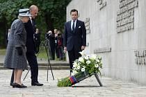 Britská královna Alžběta II. dnes poprvé navštívila jeden z někdejších nacistických koncentračních táborů. Panovnice na závěr své čtyřdenní návštěvy Německa položila věnec v památníku tábora v dolnosaském Bergen-Belsenu.