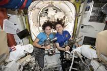 Americké astronautky Christina Kochová (vpravo) a Jessica Meirová na Mezinárodní vesmírné stanici na snímku ze 17. října 2019