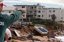 V silné bouři, která zasáhla o víkendu východní pobřeží Austrálie, přišli o život tři lidé. Několik osob se pohřešuje a meteorologové varují před dalšími problémy s tím, jak se bouře přesouvá k jihu.
